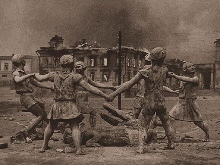 The fountain at the station square. Stalingrad. 1943